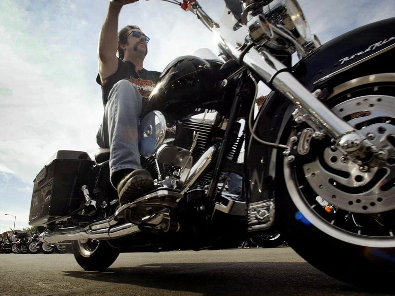 Мужчина на огромном черном мотоцикле сказал девочке, что он даст ей 10$, если она поедет с ним. Ее реакция – золото!