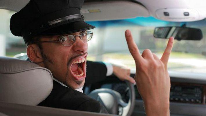 Водитель едва не получил сердечный приступ, когда пассажир похлопал его по плечу. Какова же причина?