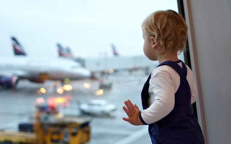 Пятилетний мальчик не переставал плакать в самолете. Но вдруг к нему подошел генерал…