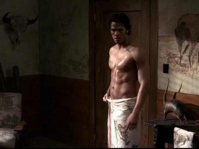 парень зашел к девушке в душ