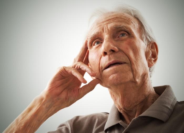 Женщина увидела одинокого пожилого мужчину. Ее поступок просто поразил.