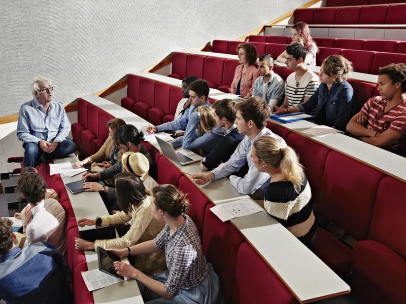 Студенткам надоели пошлые шутки профессора, и они решили устроить протест