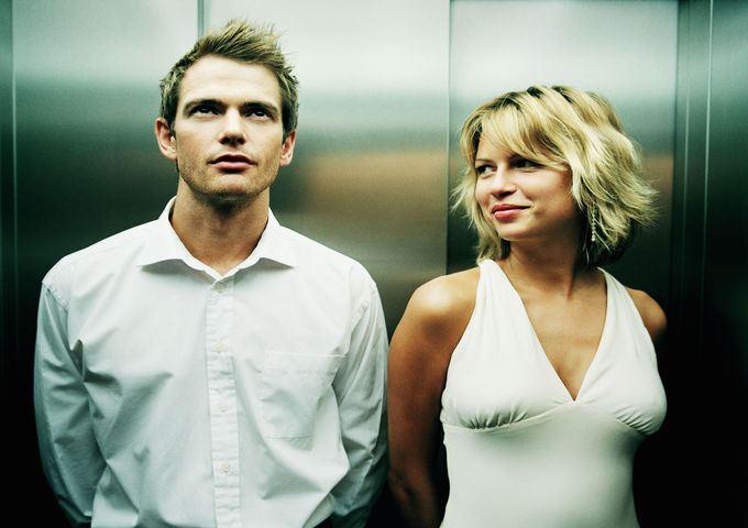 Увидев, что муж прижался к роскошной блондинке, жена…