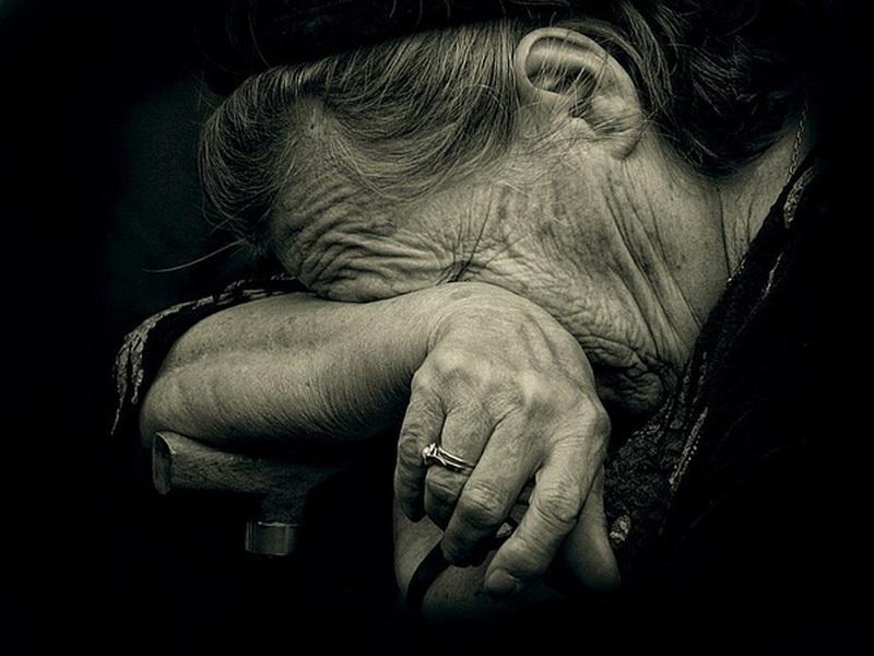 Старушка уходила из супермаркета в слезах. Увидев это, женщина не могла поступить иначе!