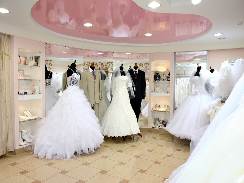 Женщина покупала платье на свою четвертую свадьбу. Продавец чуть не упал, услышав ее признание!