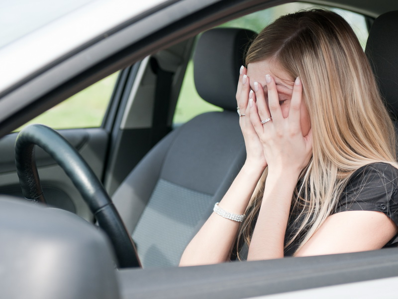 Она заметила, ЧТО мужчина сделал в автомобиле с женой и ребенком. А потом сделала один звонок.