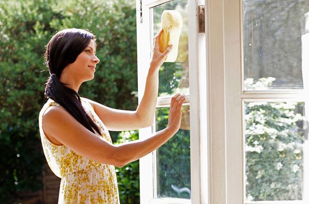 Женщина выпала на газон во время мытья окна, а ее муж…