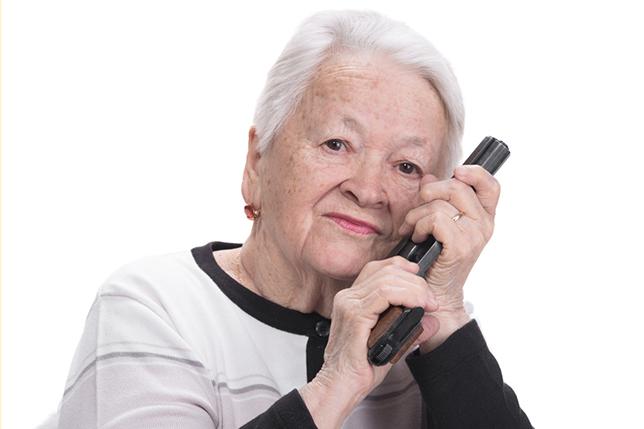 Пожилая леди поразила полицейского содержимым своей машины