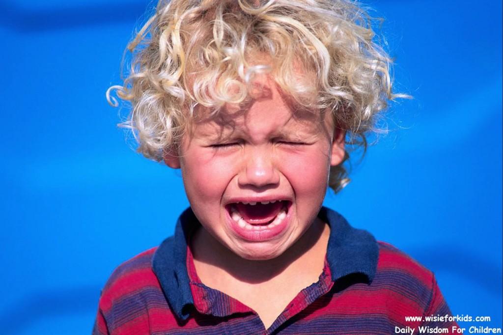 Этот мальчик, плача, подошел к нему, так как потерялся. Но ответ родителей его просто потряс!