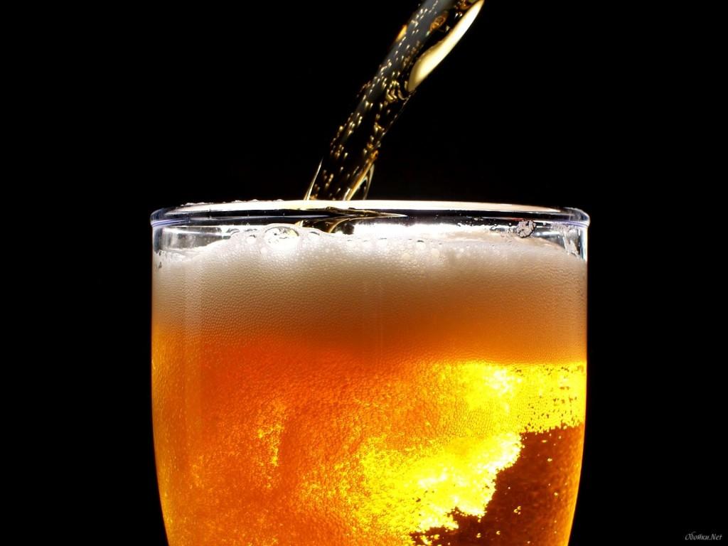 Мужчина заходит в бар и заказывает пиво. То, что произошло дальше, заставит вас кататься по полу от смеха!