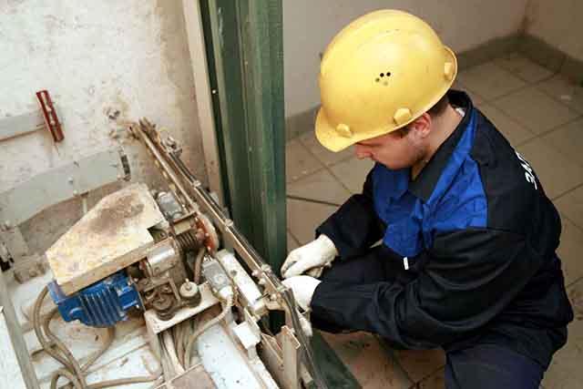 Эпичная история ремонта одного старого лифта, который уже отслужил свое