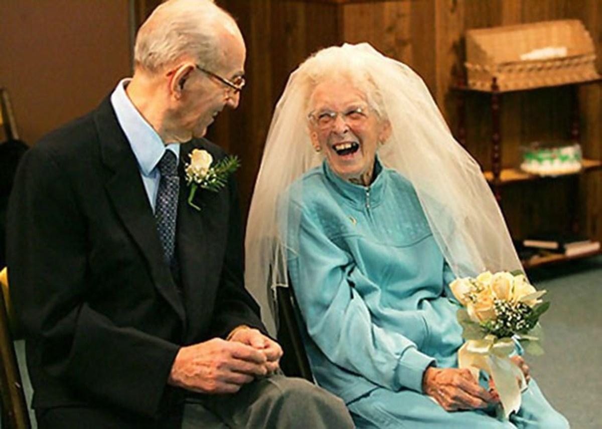 Мужчина предложил женщине выйти за него замуж на первом свидании. Но затем шокировал ее, позвонив по телефону и сказав ей это!