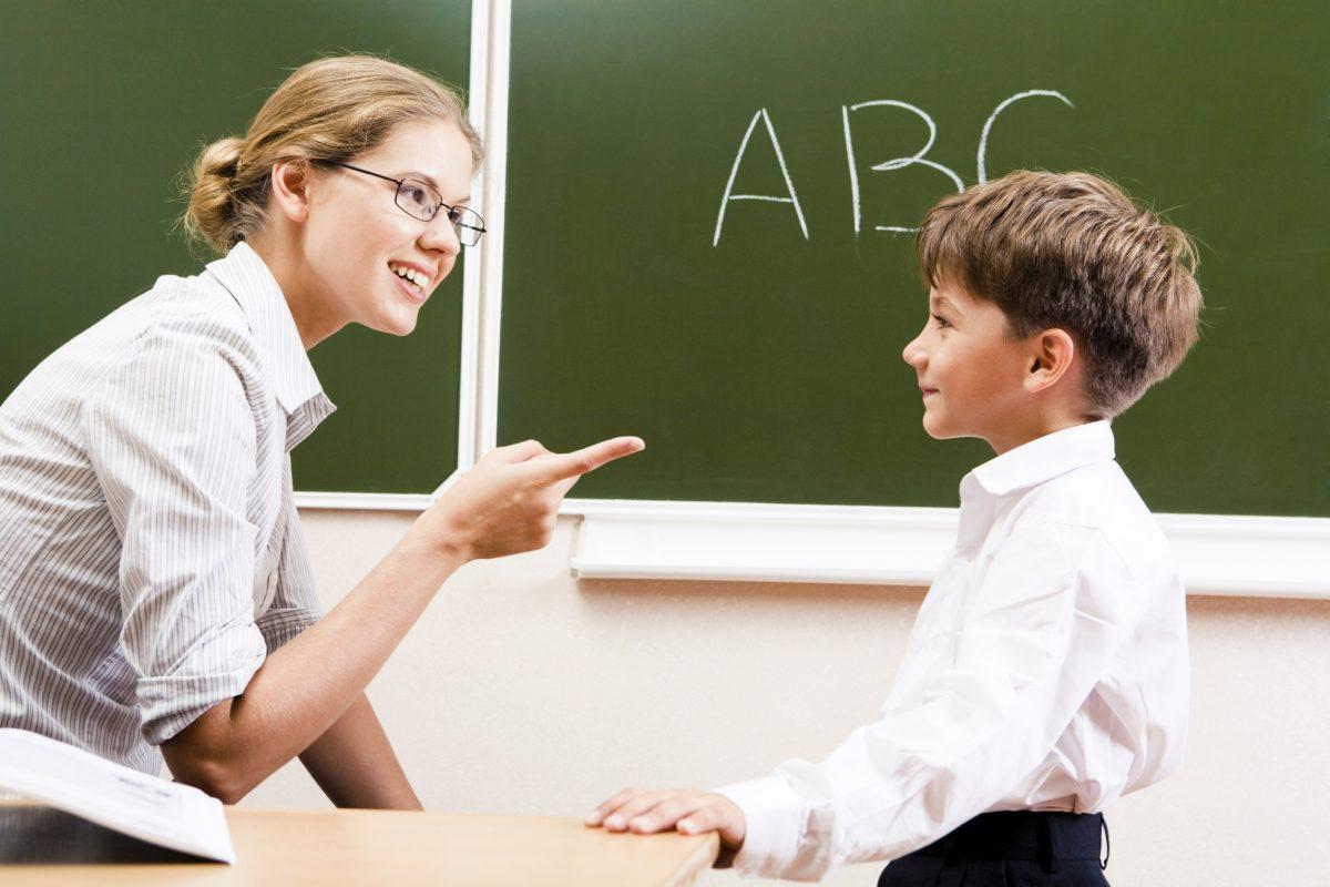 Когда учитель задал мальчику вопрос, директор покраснел от смущения