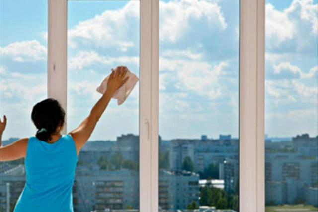 Жена поручила мужу мытье окон снаружи, но то, что случилось потом, заставило ее…