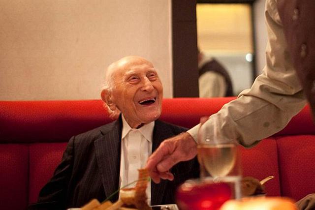Мужчина отсадил своего престарелого отца от общего стола, и тогда его сын…