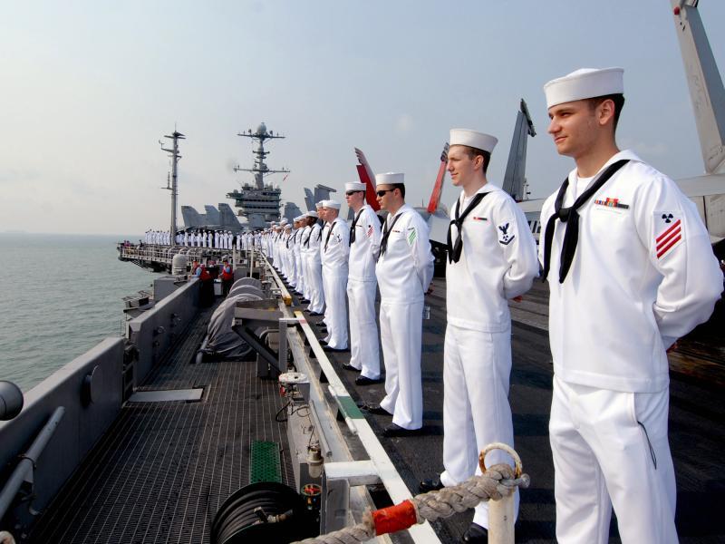 Офицер военно-морского флота начинает кричать на моряка. Но он не ожидал услышать такого ответа