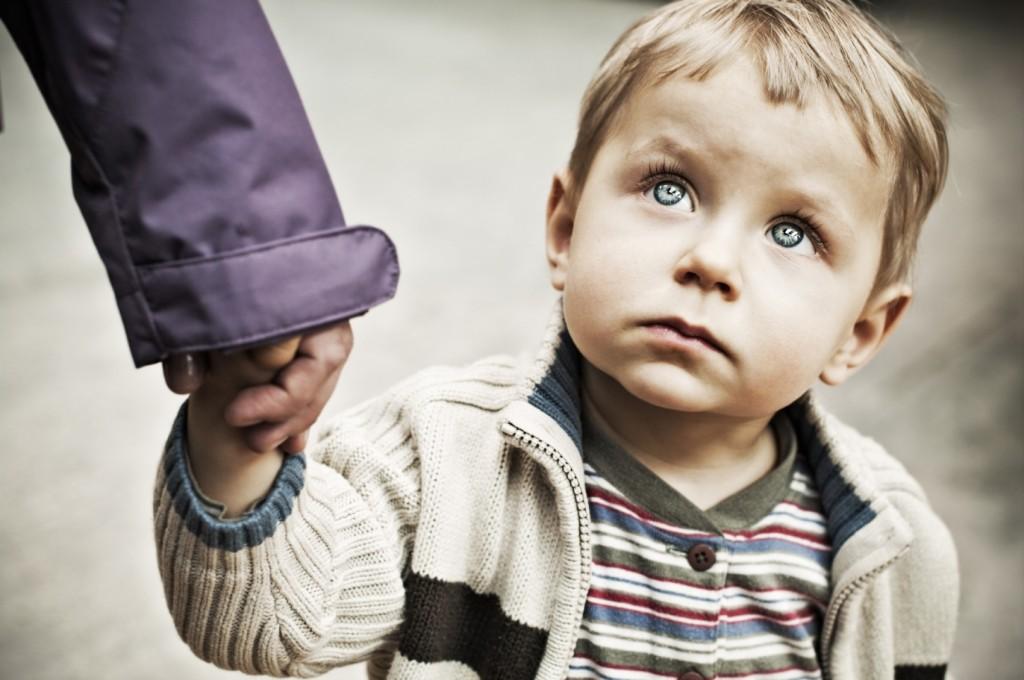 Она открыла дверь в уборную в банке и увидела, как отец бьет ребенка ремнем. Ее мгновенная реакция бесценна!