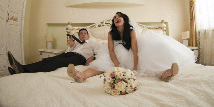 Муж и жена первая брачная ночь занимаются сексом