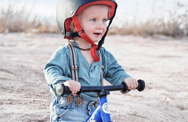 Маленький мальчик на велосипеде блестяще справился трудностями зимней дороги