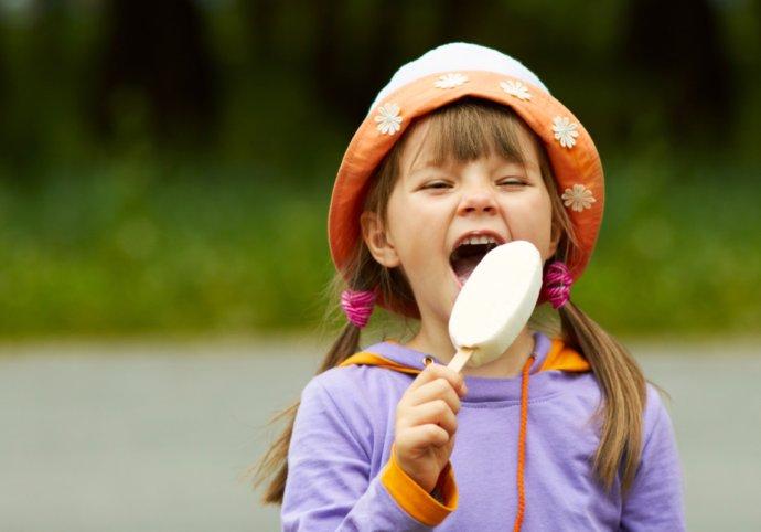 Маленькая дочь застала его, когда он ел мороженое поздно вечером. Но то, что она сказала маме уморительно!