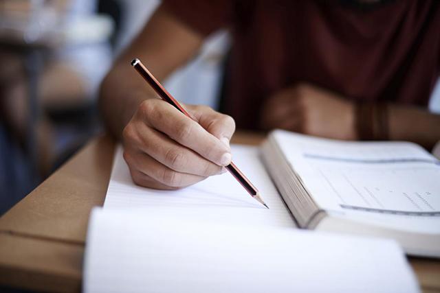 Иностранец сдавал экзамен на родном языке, но профессор его раскусил