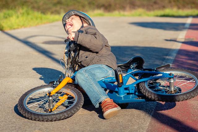 Шедевральная реакция ребенка на падение еще раз убедила родителей в силе его характера