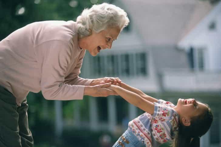 Женщина не ожидала, что ее внучка, так отреагирует на подростка. Это Бесценно!