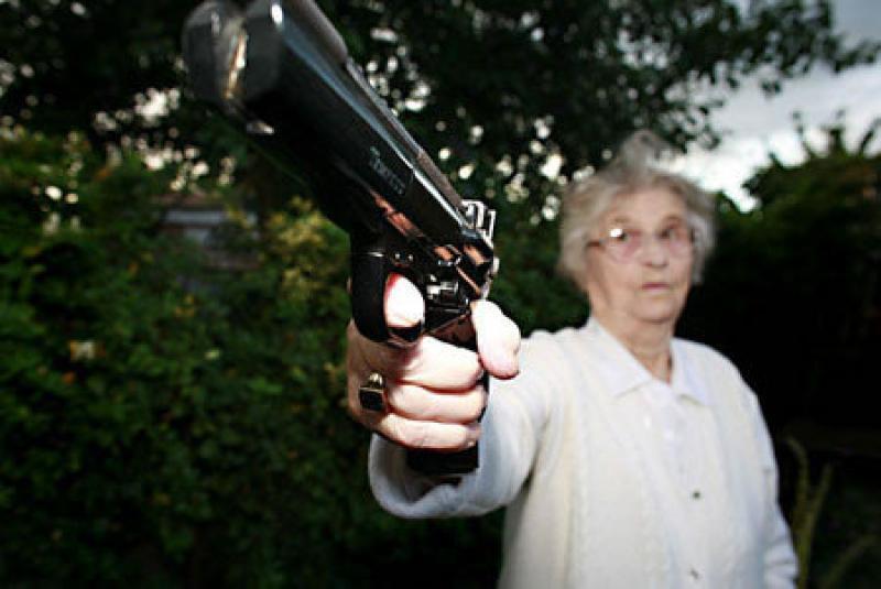 Сотрудник полиции был очень осторожен, когда она показала ему три пистолета. Но то, что она сказала ему дальше просто шок!