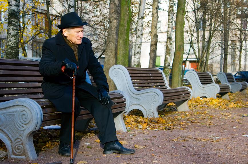 Этот старик сидел и плакал по своей 25-летней жене. Причина, почему так произошло – шок!
