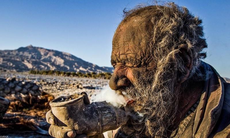 Этот 80-летний мужчина не принимал душ уже около 60 лет! Его фотографии Вас шокируют!