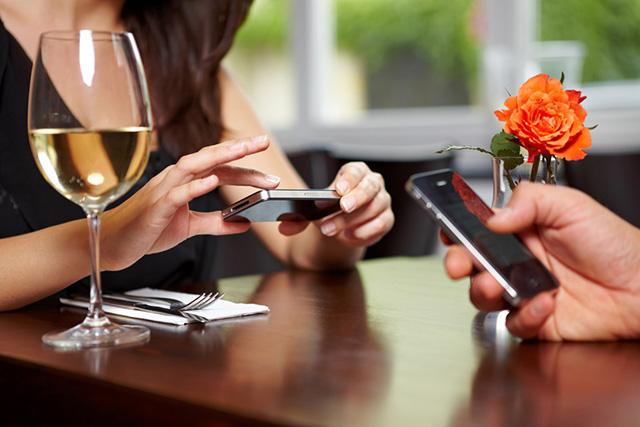 Очень важное обращение к любителям углубиться в телефон во время дружеской беседы