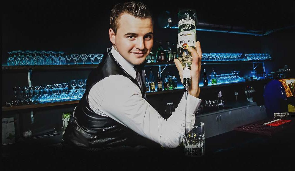 Пьяный парень пытался купить себе выпить, но бармен постоянно ему отказывал. Это бесценно!