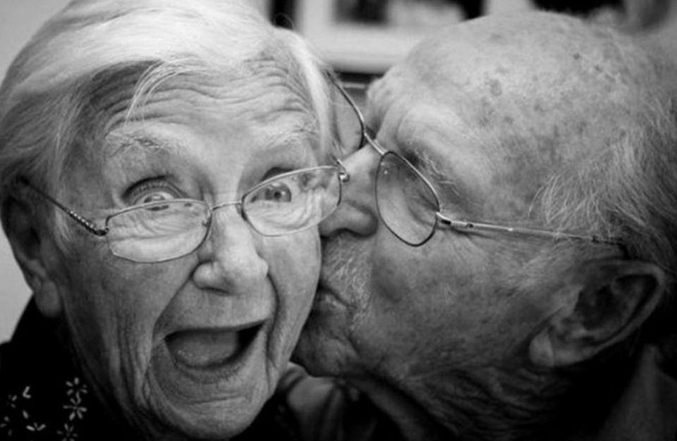 Он засыпал, но его жена была в романтическом настроении. То, что он сказал в конце просто восхитительно!
