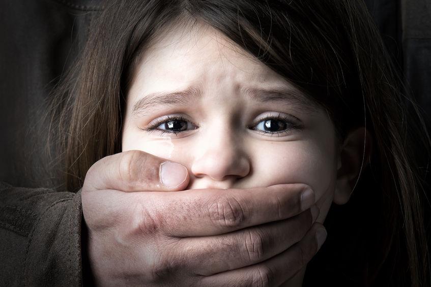 Девочка-подросток увидела незнакомца, который  заставлял  двоих детей сесть в его машину. Ее реакция испугала незнакомца и спасла ребят!