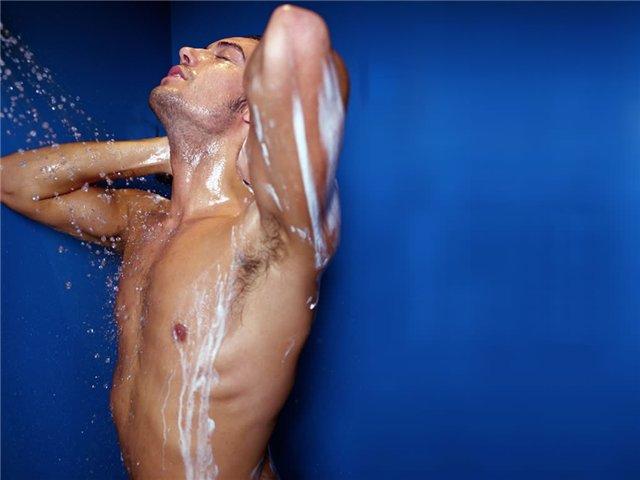 Мужчина смутился, когда его жена увидела его без полотенца. Но был в шоке с ее реакции!