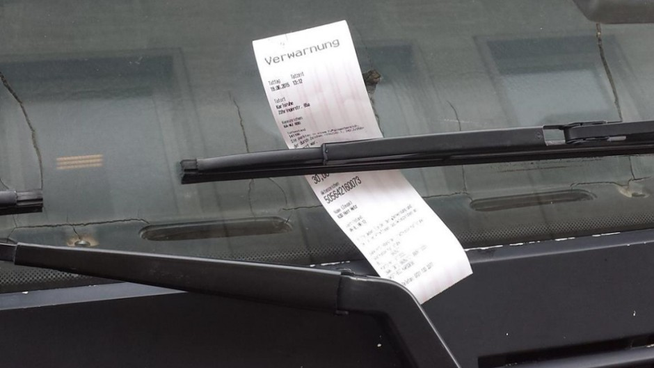 Мужчина встретил полицейского, когда он выписывал штраф за парковку в неположенном месте. То, что произошло потом – шок!