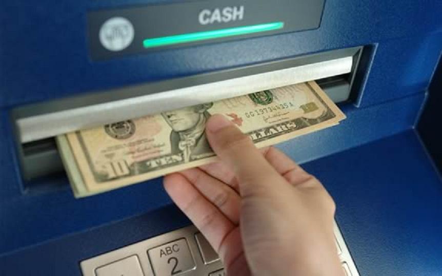 Мужчина находит $500 в банкомате. То, что он сделал дальше, потрясло всех работников банка!