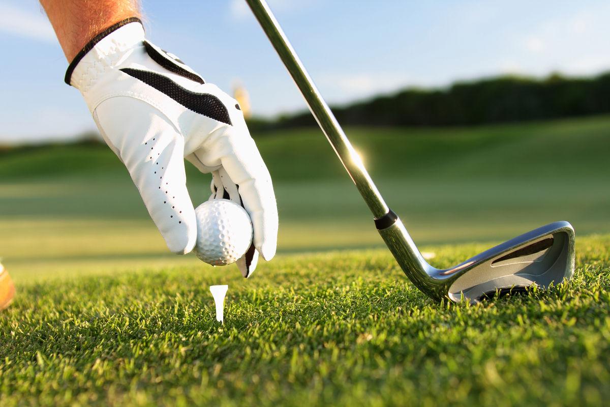 Богатый старик идет в гольф-клуб поиграть со своими друзьями. Но в этот раз он привел с собой ее!