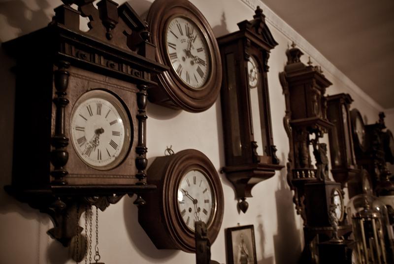 Он увидел огромную стену часов перед райскими вратами. Но то, что он узнал в итоге – шокирует!