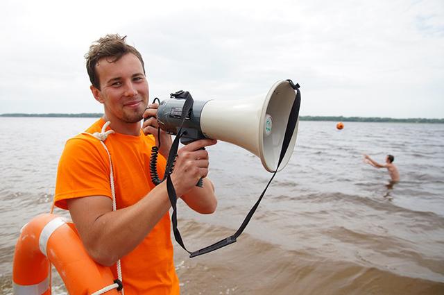 Когда отдыхающие увидели, что спасатели творят с пловцом, они не могли поверить своим глазам