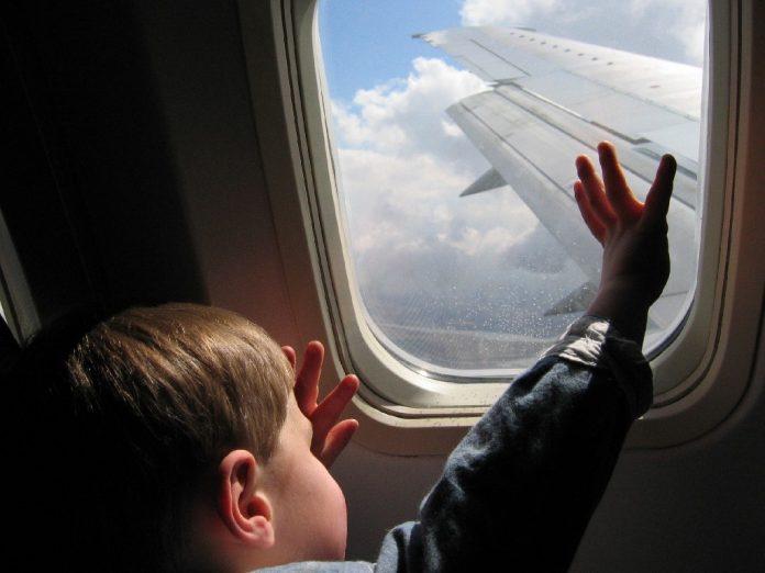 Мама была беспомощна, когда ее сын устроил дикую истерику на рейсе. Как его успокоил генерал – гениально