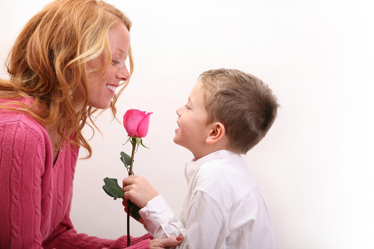 Ее пятилетний сын сначала был в замешательстве, когда она пригласила его на свидание. Но ее поступок — это золото!