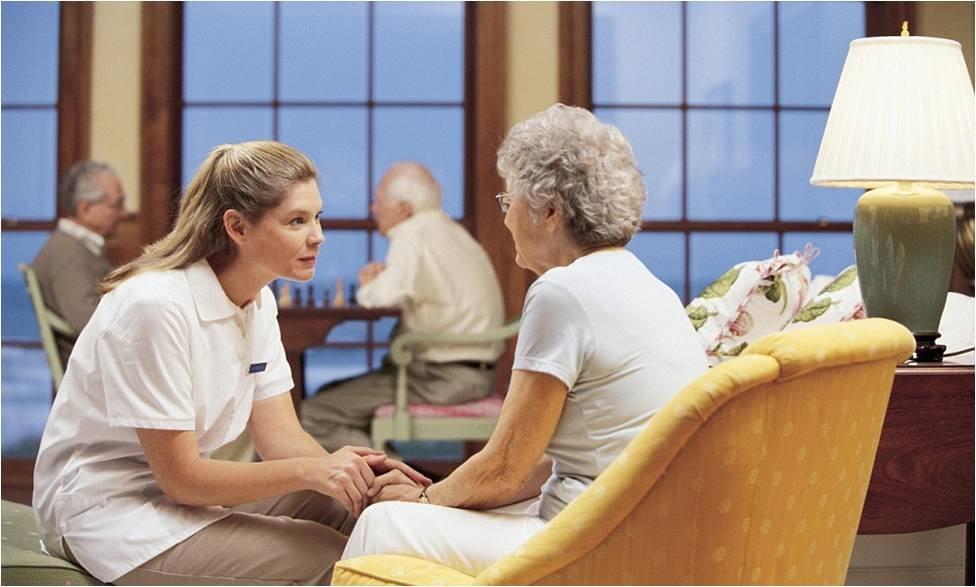 Эта семейная пара спросила свою мать, нравится ли ей жить в доме престарелых. Но ее реакция бесценна!
