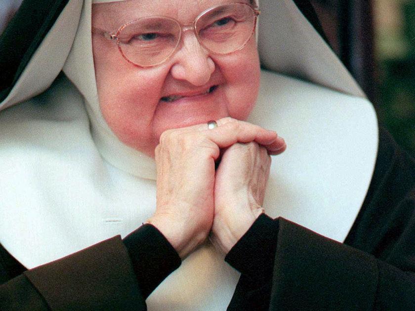 Старая монахиня заметила, как грубо разговаривают рабочие. Поэтому она решила сделать это!