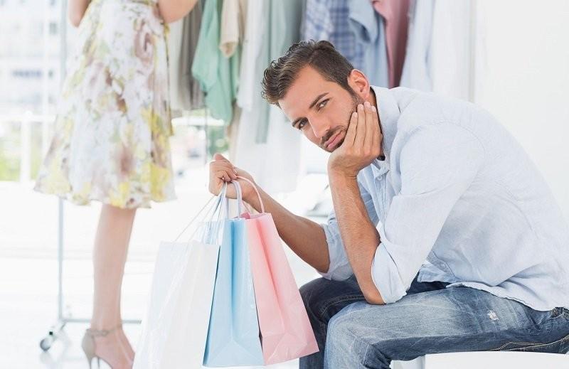 Женщина ударила своего парня, когда он предложил ей примерить одежду своего размера. Затем произошло это!