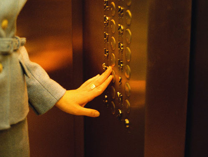 Старая итальянка едет в лифте роскошного Нью-Йоркского здания. То, что она сделала там – шок!