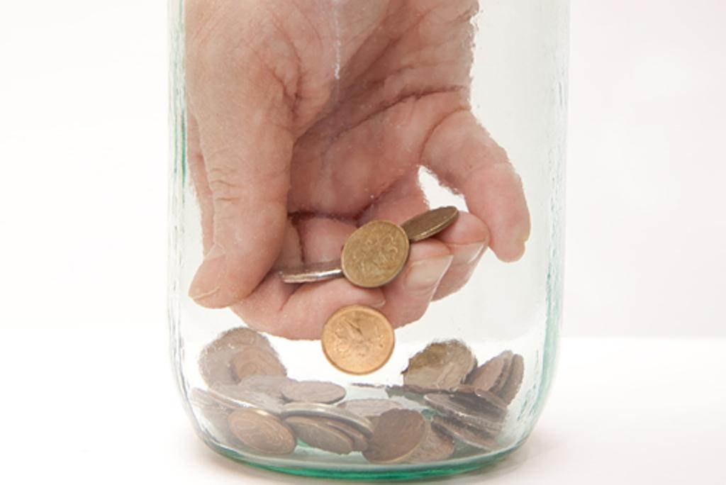 Он заметил девушку со стеклянной банкой, полной монет. Но она разбила его сердце, когда сказала ему это!