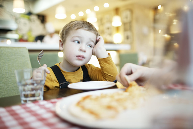 Оставшись на время с сыном, он нашел способ изменить его пищевые привычки