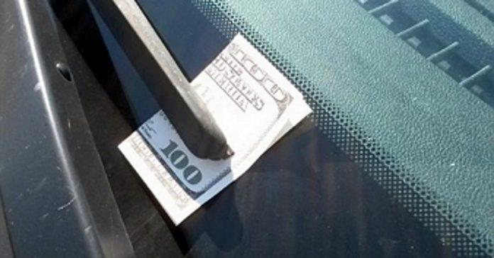 Если Вы заметили 100-долларовую банкноту на лобовом стекле своего автомобиля – езжайте прямо в полицейский участок!