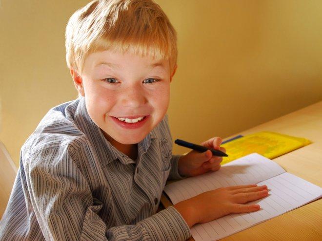 Этот ребенок был вынужден писать правой рукой. Но учителя были в шоке, когда произошло это!